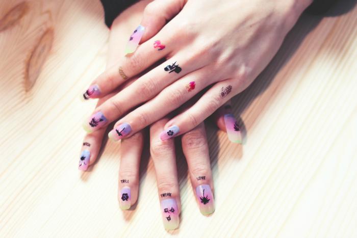 manos de mujer con tatuajes ficticios