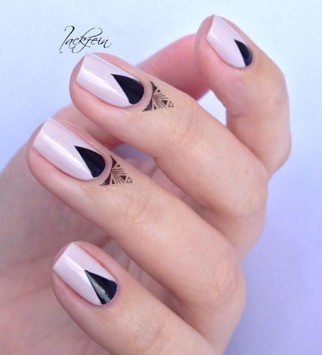 uñas pintadas rosa con negro