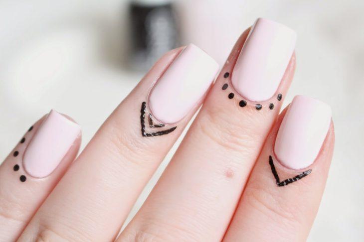 uñas en tono rosa pastel