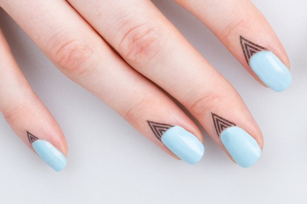 uñas pintadas color azul cielo
