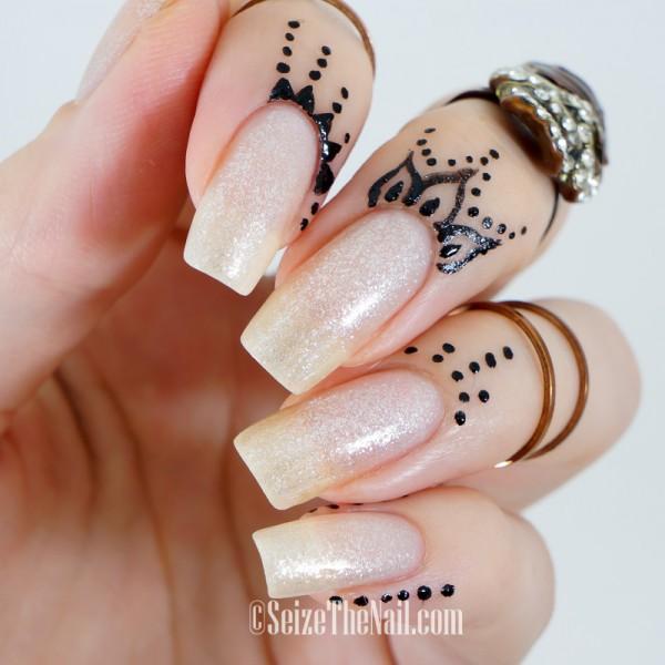 uñas largas con tatuajes de henna