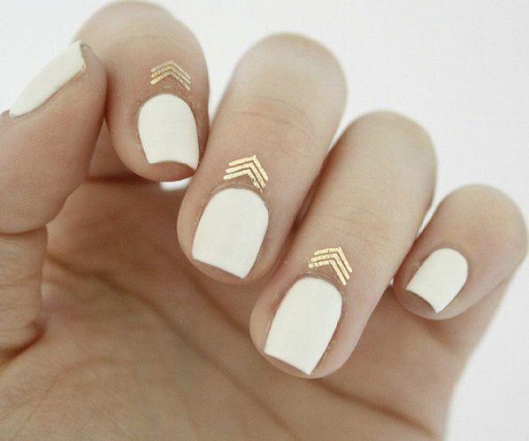uñas de color blanco con aplicaciones doradas