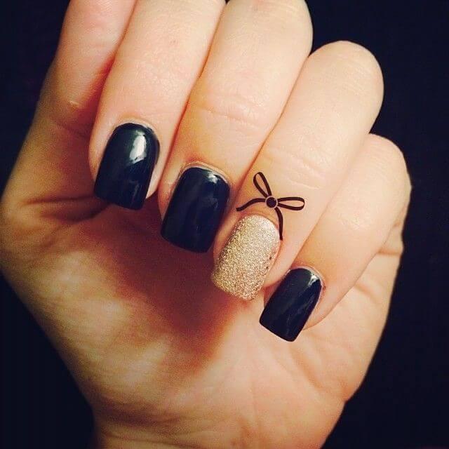manos con esmalte color negro