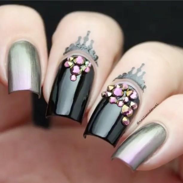 uñas decoradas con piedras rosas