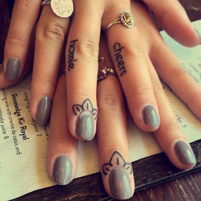 manos de una chica sobre el escritorio