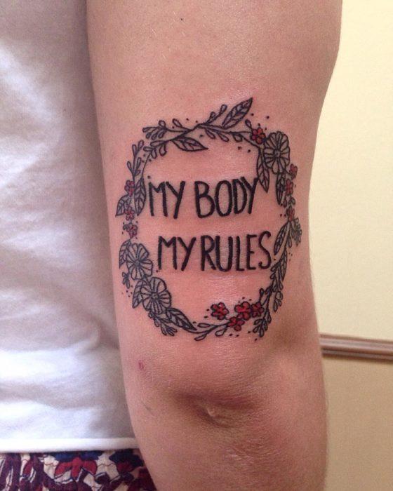 Tatuaje feminista con la leyenda mi cuerpo mis reglas