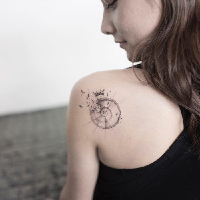chica con tatuaje en forma de caracol