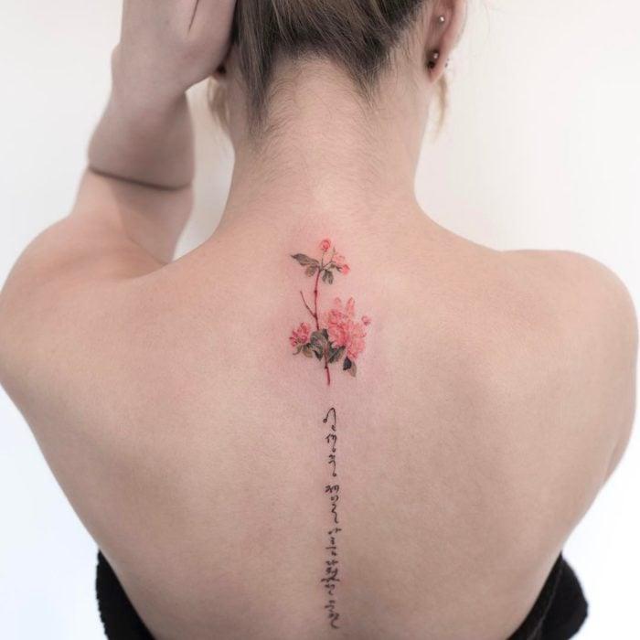 chica con tatuaje de flores en la espalda