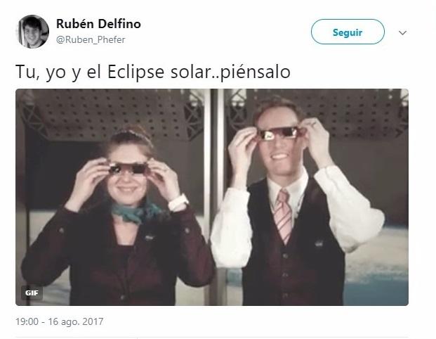Chicos viendo el eclipse de sol