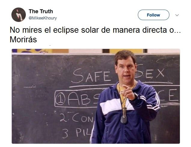 maestro de deportes señalando