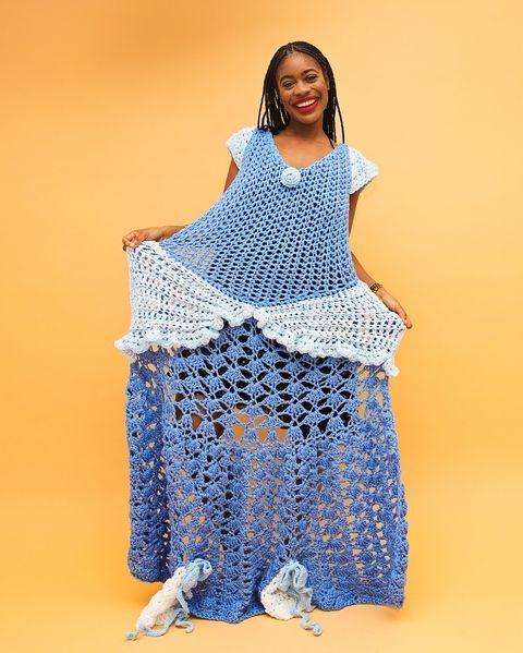 chica con vestido azul de crochet