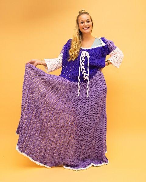 Chica con vestido de crochet morado