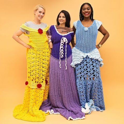 Chicas posando con vestidos de las princesas Disney