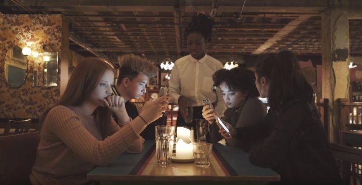 Amigos reunidos sobr euna mesa
