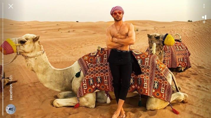 chico en el desierto con lentes de sol rojos