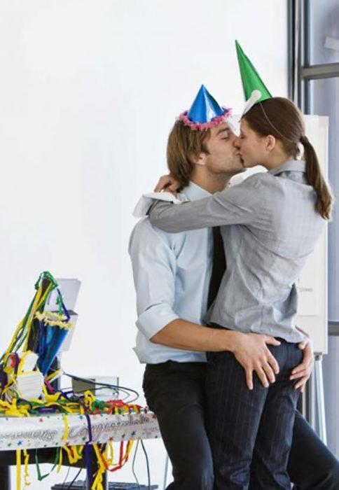 hombre rubio besando a mujer fiesta de cumpleaños