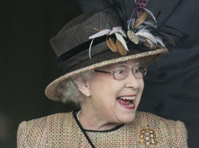 Mujer anciana reina con sombrero café