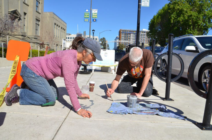 artista pinta sombras en la calle