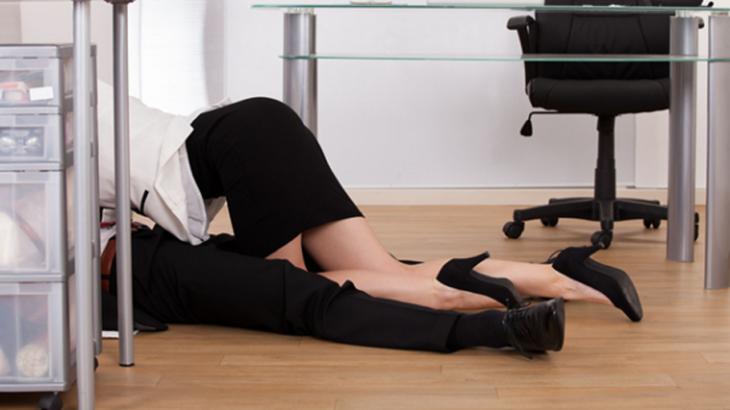hombre en el suelo y mujer con falda