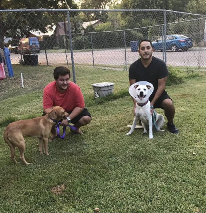 chicos paseando al perro