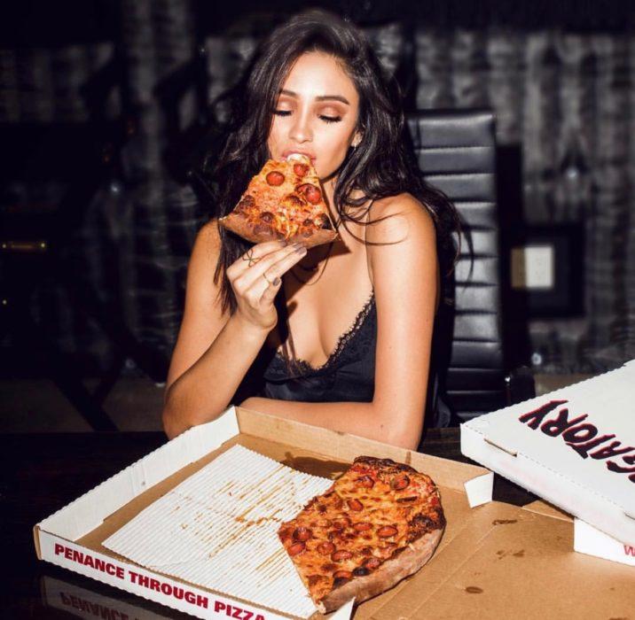 chica comiendo pizza de la caja