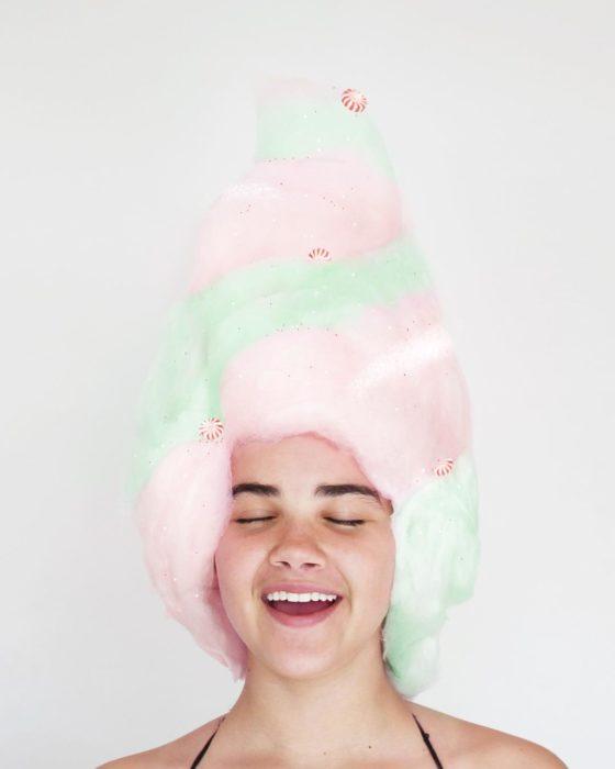 chica con algodón de azúcar en la cabeza