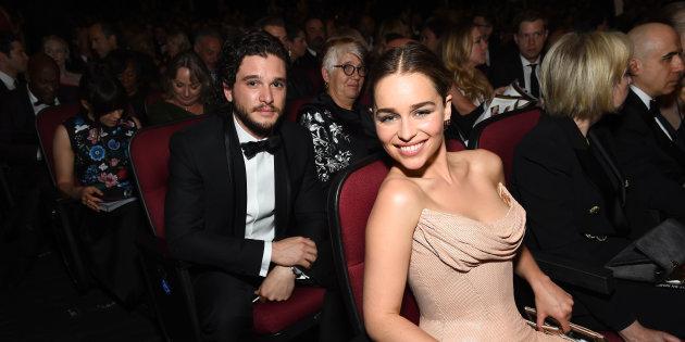 Emilia Clarke y Kit Harrington en una entrega de premios