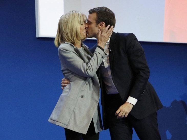 emmanuel y brigitte macron beso