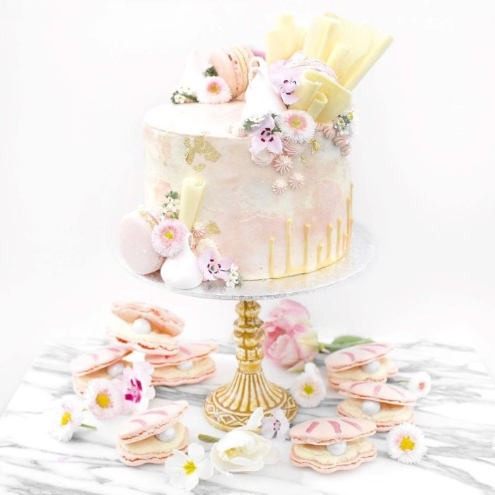 pastel blanco decorado con flores