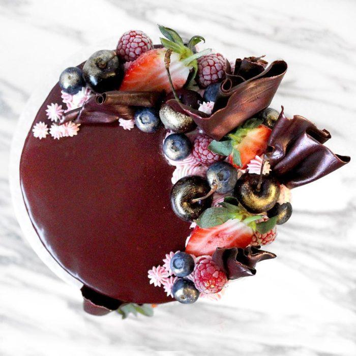 pastel de chocolate con fresas y moras