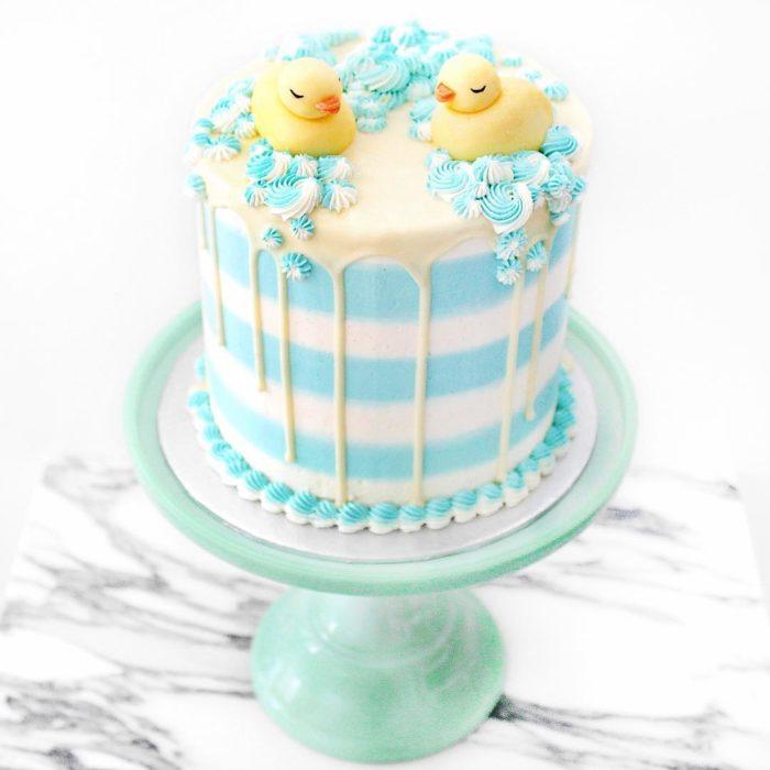 pastel azul con dos patitos