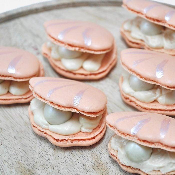 maroon en forma de concha y perlas