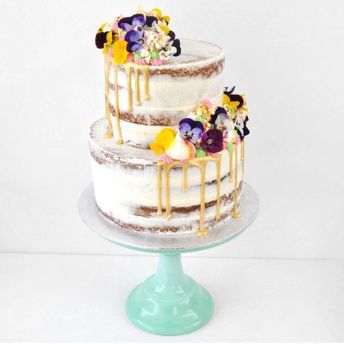 pastel blanco con flores moradas