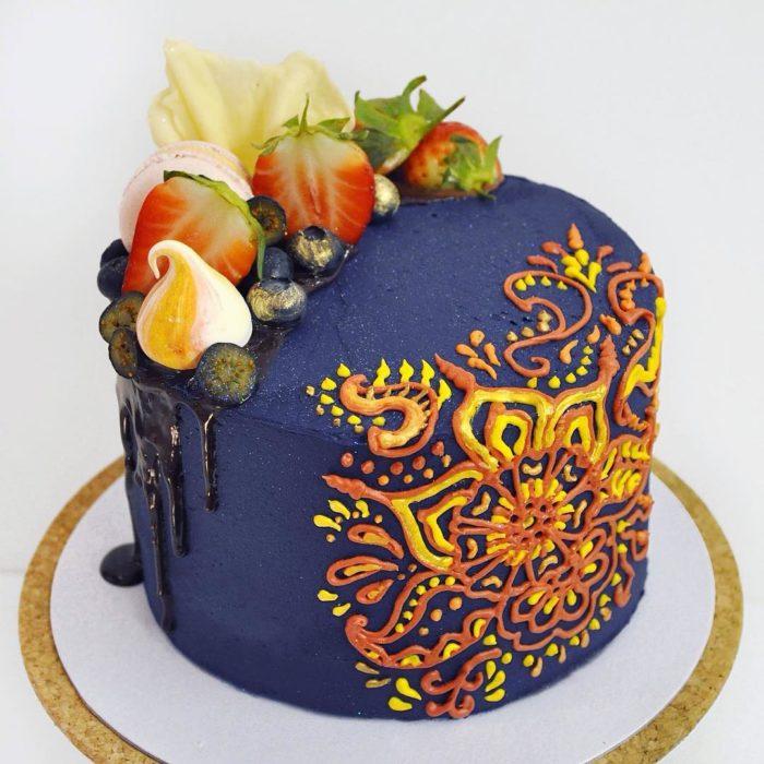 pastel azul con una flor amarilla
