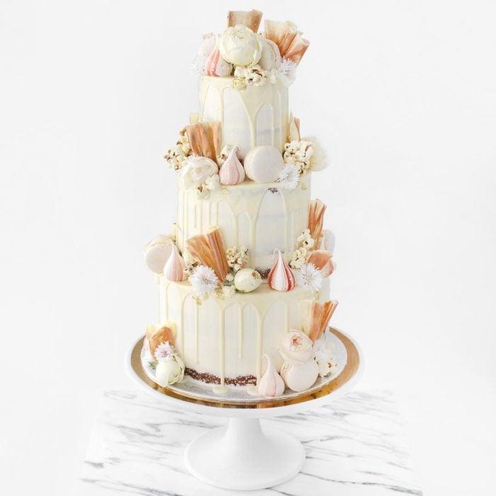 pastel blanco de tres pisos