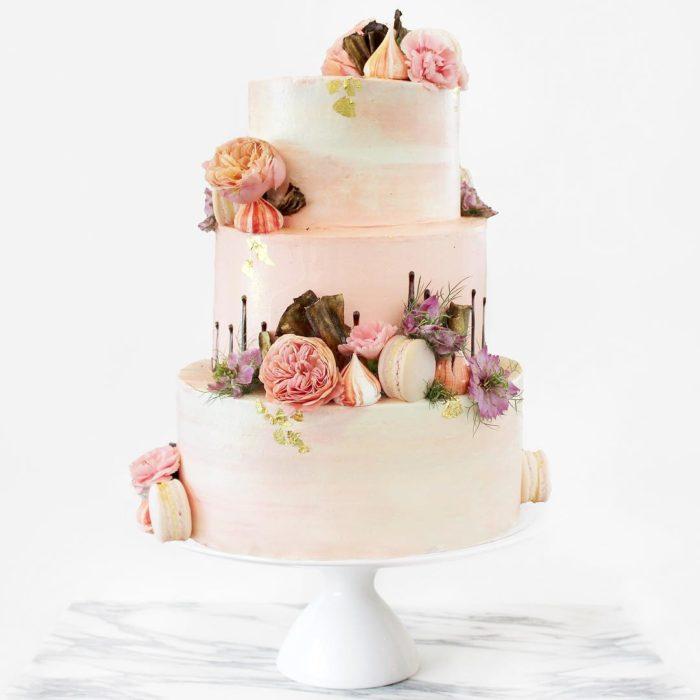 pastel blanco de tres pisos con flores