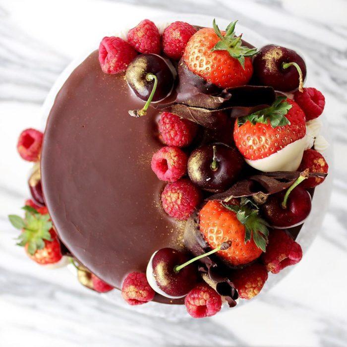 pastel de chocolate con fresas y cerezas
