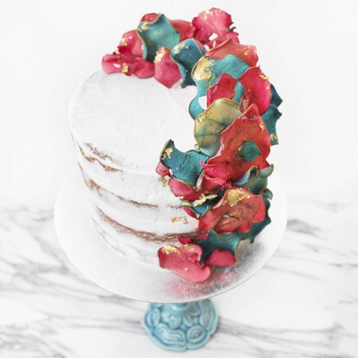 pastel blanco con flores rojas y azules