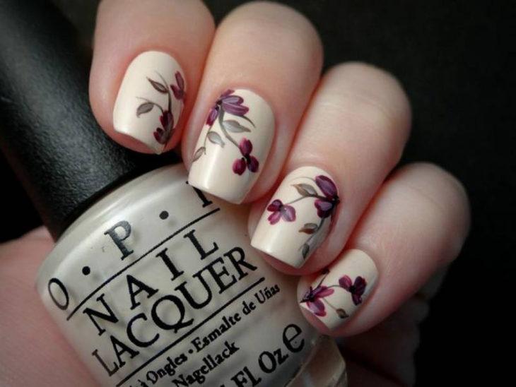 Diseño de uñas con flores y color crema