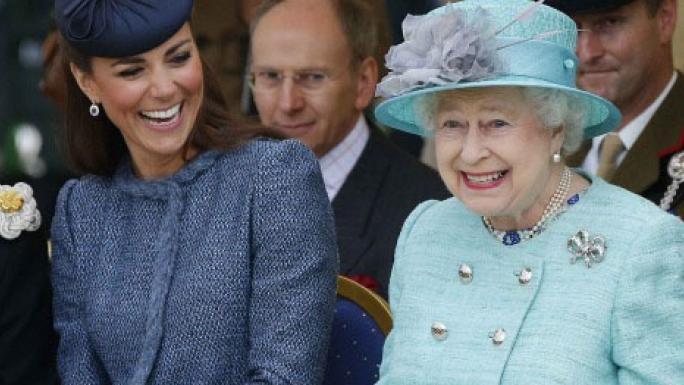 Mujer anciana reina con sombrero color azul