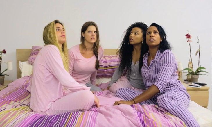 mujeres en noche de pijamada