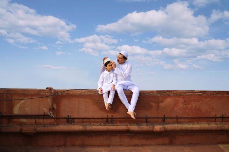 padre e hijo en New Delhi, India
