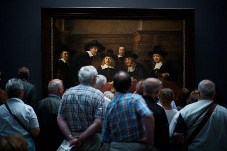 espectadores frente a obra de Rembrandt