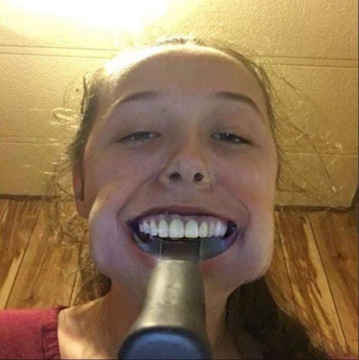 niña se le atora martillo en la boca