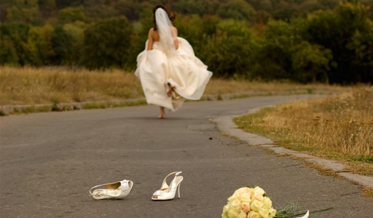 mujer novia de bodas corriendo