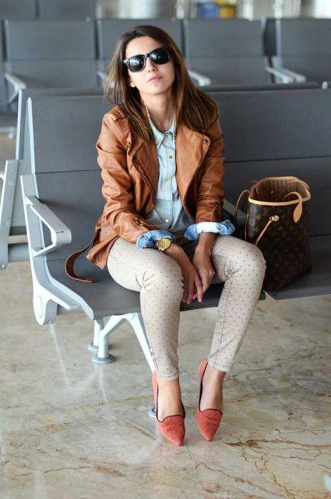 chica sentada en la sala de espera