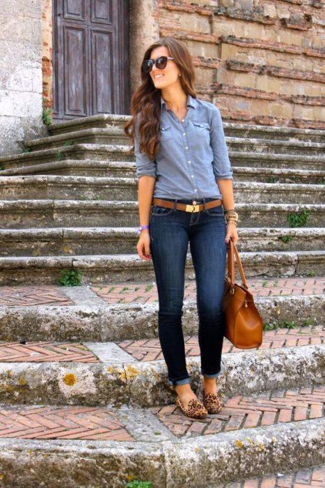 chica sobre las escaleras