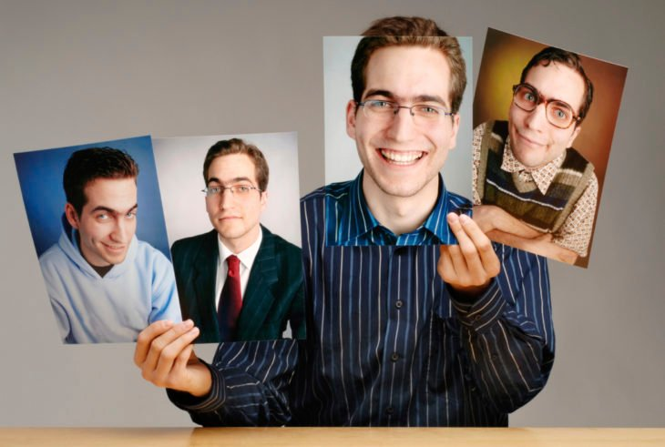 hombre con fotos de diferentes personalidades