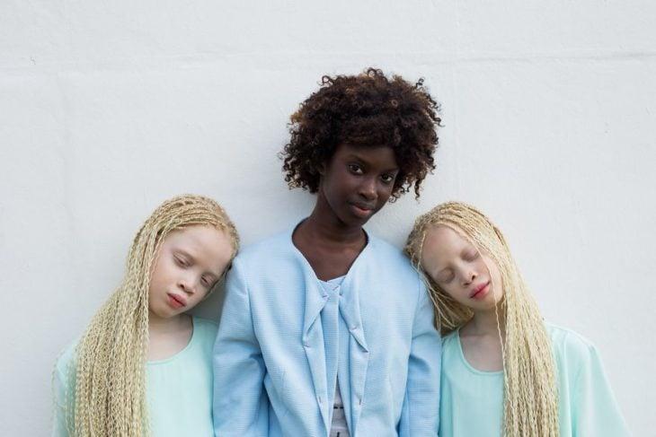 gemelas con vestido de color azul