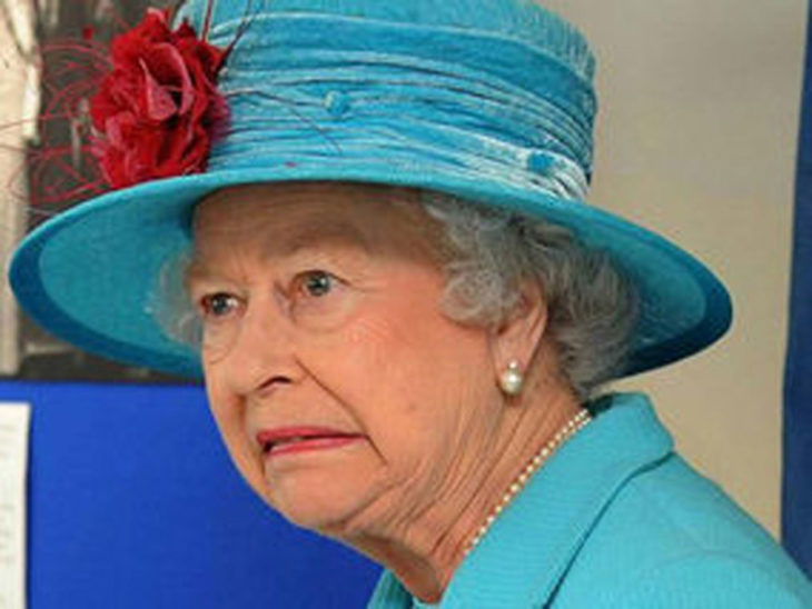 Mujer anciana reina con sombrero azul